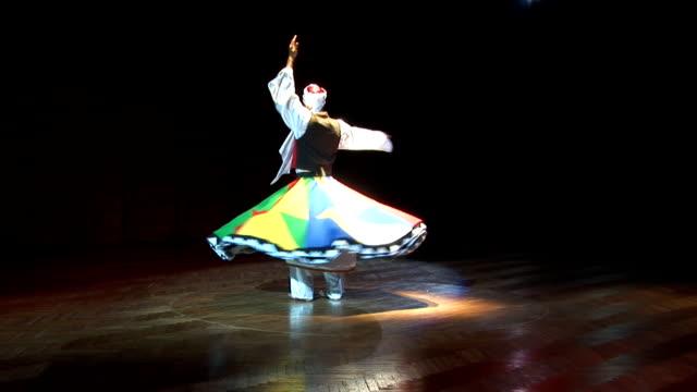 mann tanzen arabischer tanz - arabic script stock-videos und b-roll-filmmaterial