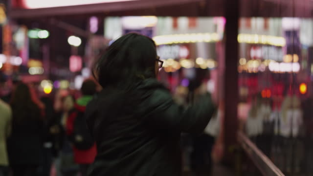 ms man dancing in times square at night / new york city, new york state, usa - kopfhörer stock-videos und b-roll-filmmaterial