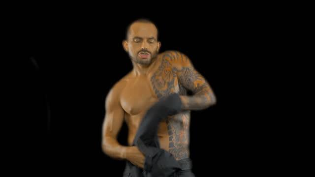 vídeos y material grabado en eventos de stock de hombre bailando sexy - torso