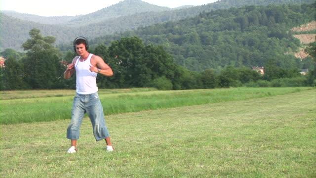 vídeos de stock e filmes b-roll de hd: dança homem - aparelhagem de áudio