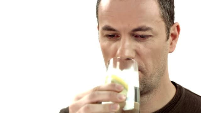 hd: mann umgang mit empfindliche zähne - menschlicher zahn stock-videos und b-roll-filmmaterial
