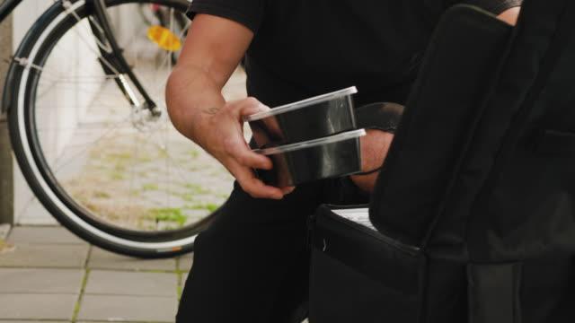 市内で自転車で食べ物を配達する男 - 配達員点の映像素材/bロール