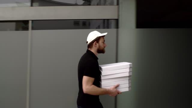 vídeos de stock, filmes e b-roll de homem entrega de pizza - chegada