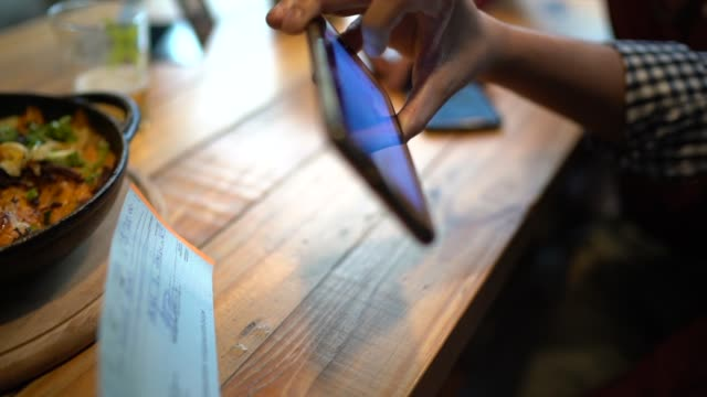 stockvideo's en b-roll-footage met man deponeren check telefonisch in het restaurant - handheld