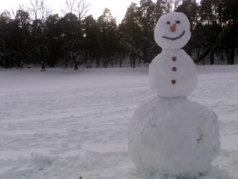 a man destroying a snowman sweden. - schneemann stock-videos und b-roll-filmmaterial