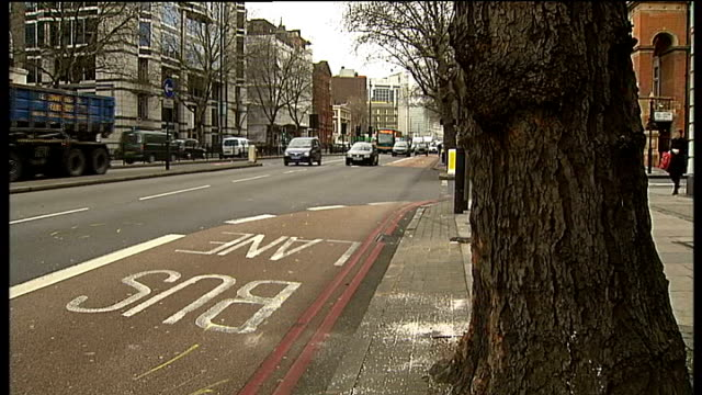 man dies after car crashes into bus england london marylebone road ext sand on road at scene of accident where man died after his car collided with a... - メリルボーン点の映像素材/bロール