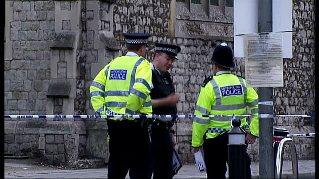 man dies following suspected gang fight in ealing england london ealing / acton ext police officers stand in cordonedoff road cordonedoff section of... - 非常線点の映像素材/bロール