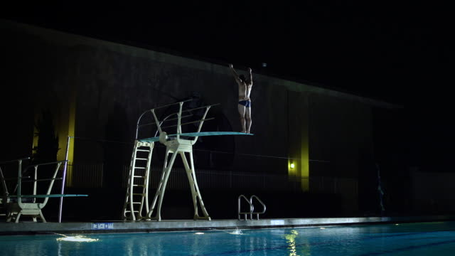 vídeos de stock e filmes b-roll de ws slo mo man diving in swimming pool / riverside, california, united states - só homens jovens