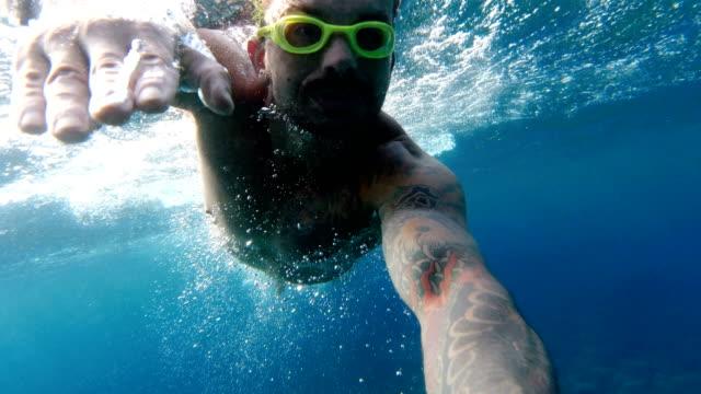 vídeos de stock e filmes b-roll de man diving in the mediterranean sea - roupa de natação