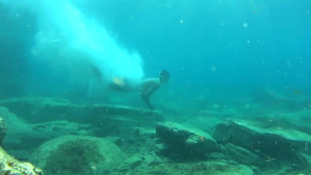 Mann zum Meeresgrund tauchen