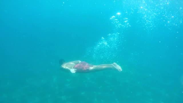 vídeos de stock, filmes e b-roll de homem de mergulho ao fundo do mar - prendendo a respiração
