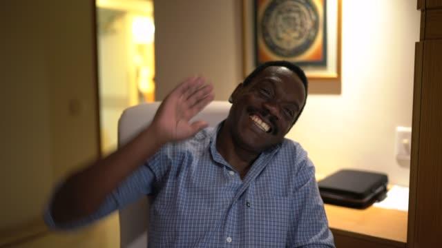 彼のオフィスでビデオ通話をしている男 - カメラのpov - 離れた点の映像素材/bロール