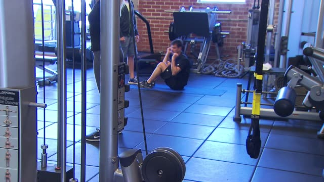 man doing abdominal crunches at gym - bodyweight training stock videos & royalty-free footage
