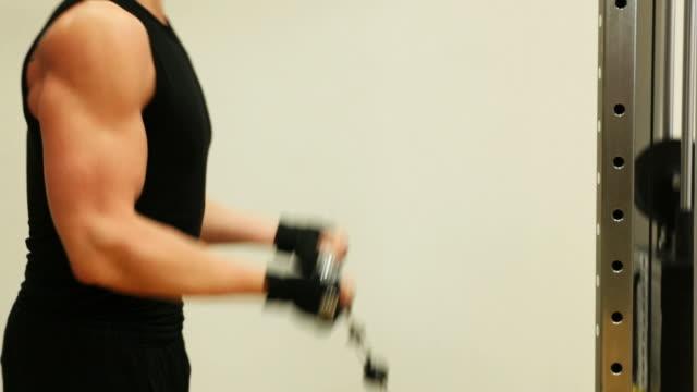 Mann tun body building Übung im Fitnessstudio