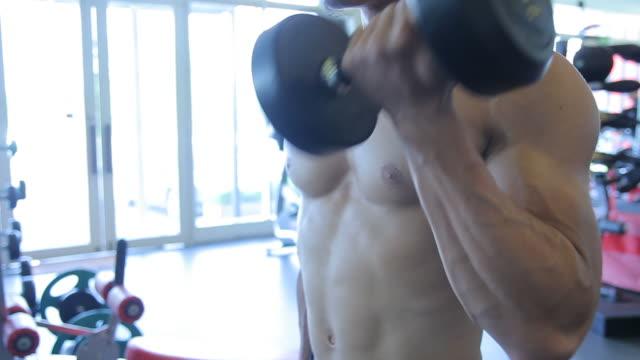 Mann macht body building Übung: Bizeps Muskel