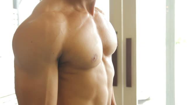stockvideo's en b-roll-footage met man doing body building exercise : biceps muscle - menselijke arm