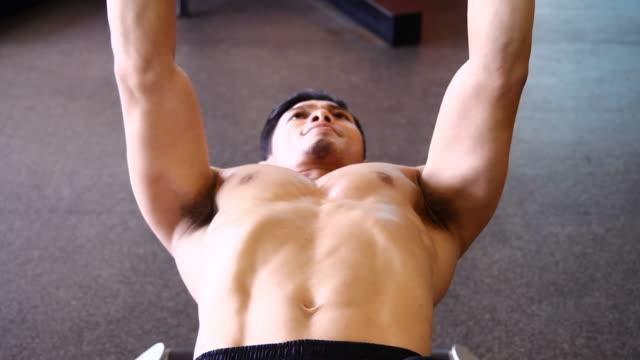 vídeos de stock, filmes e b-roll de homem dando corpo edifício exercício - músculo humano
