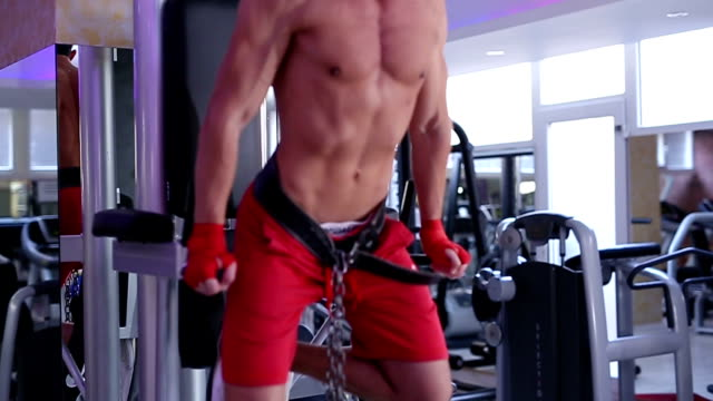 man doing chain dips in gym - sbarra da ginnastica video stock e b–roll