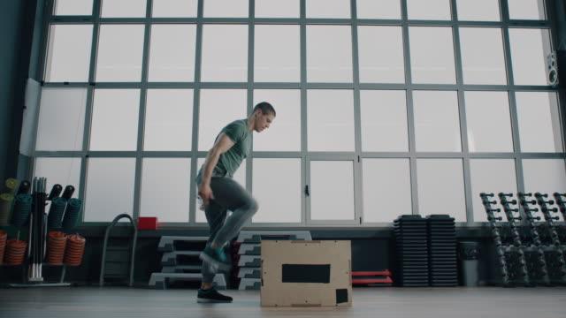 vídeos de stock, filmes e b-roll de homem fazendo seu treino na academia - treino cruzado