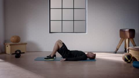 mann bei seinem training im fitnessraum (becken aufzug - hüfte stock-videos und b-roll-filmmaterial