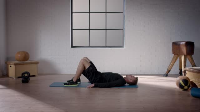 mann bei seinem training im fitnessraum (becken aufzug - knochen im beckenbereich stock-videos und b-roll-filmmaterial