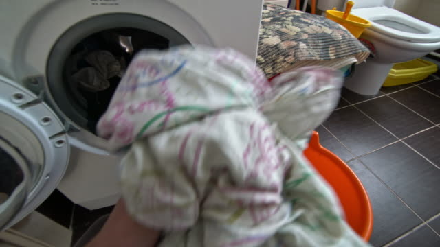vidéos et rushes de pov of man doing laundry in bathroom - lessive corvée domestique