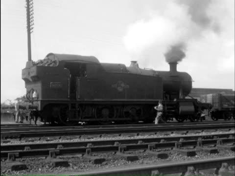 ms man doing maintenance on engines / blackwell; bromsgrove, hereford and worcester, engla - 蒸気機関車点の映像素材/bロール