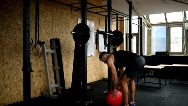 vídeos y material grabado en eventos de stock de hombre hacer ejercicio bola de medicina - entrenamiento sin material