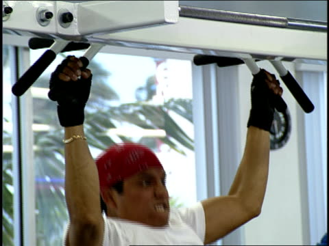 stockvideo's en b-roll-footage met man doing pull ups in a daytona, florida gym - vrijetijdsfaciliteiten