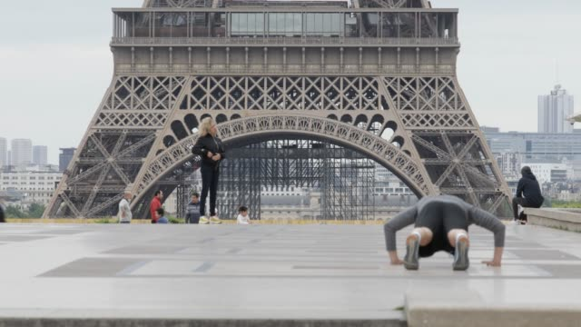 a man doing pushups at the trocadero square near the eiffel tower as the lockdown continues due to the coronavirus pandemic on may 4 2020 in paris... - bodyweight training stock videos & royalty-free footage