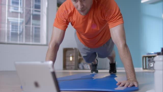 uomo facendo push-up per l'allenamento - esercizio fisico video stock e b–roll