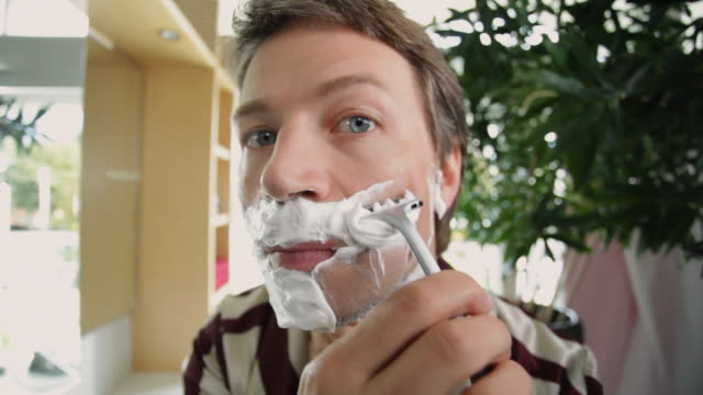 cu man doing shaving / kleinmachnow, brandenburg, germany - rasieren stock-videos und b-roll-filmmaterial