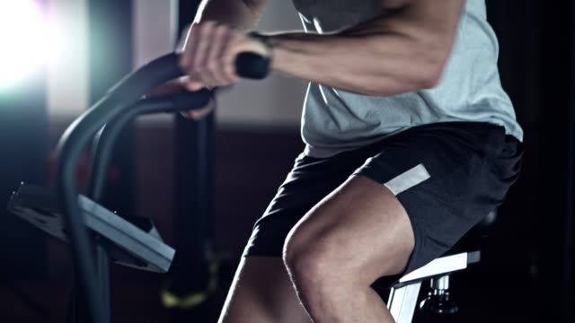 vídeos y material grabado en eventos de stock de hombre haciendo entrenamiento de cuerpo total en moto de aire - bicicleta estática