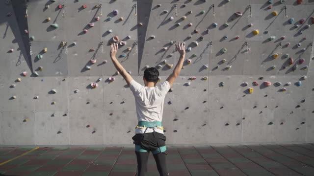 man doing warm-up bfore climbing / gwangjin-gu, seoul, south korea - dorso umano video stock e b–roll
