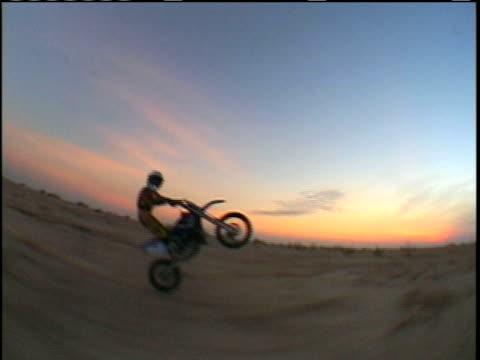 vídeos de stock e filmes b-roll de ws ts, man doing wheelie on motorcycle and crashing, usa - capacete moto