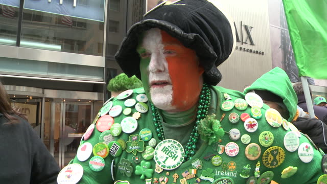 a man dressed in st patrick's day clothing speaks in support of the decision to ban the lgbt community from marching in the new york city st... - homophobie stock-videos und b-roll-filmmaterial