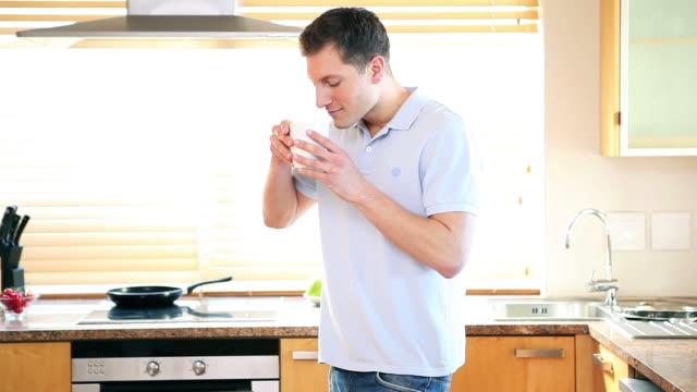 man drinking a coffee - einzelner mann über 30 stock-videos und b-roll-filmmaterial