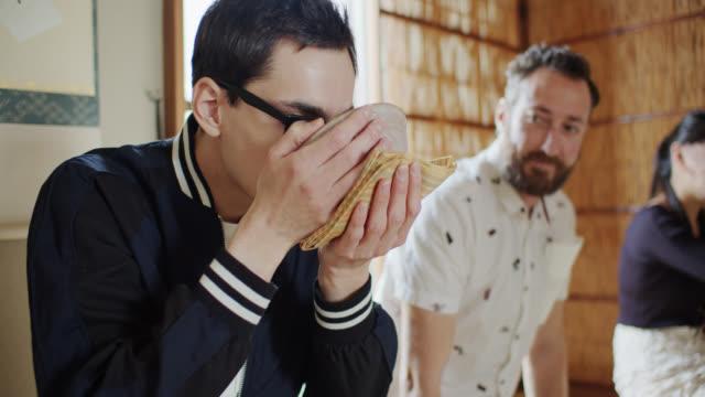 vídeos y material grabado en eventos de stock de hombre bebiendo en la ceremonia tradicional del té japonés - sado