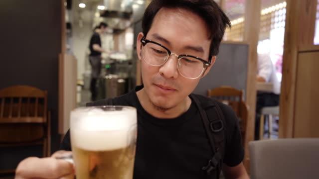 カフェでビールを飲む男 - のみ点の映像素材/bロール