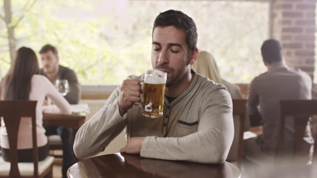 uomo bere birra - bar video stock e b–roll