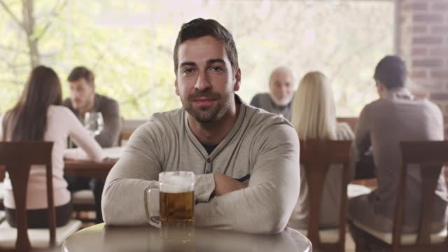 vídeos y material grabado en eventos de stock de hombre bebiendo cerveza - tentación