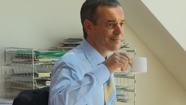 stockvideo's en b-roll-footage met cu, tu, man drinking coffee in office, berlin, germany - overhemd en stropdas