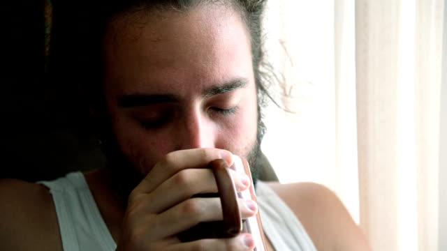 Homme de boire du café.