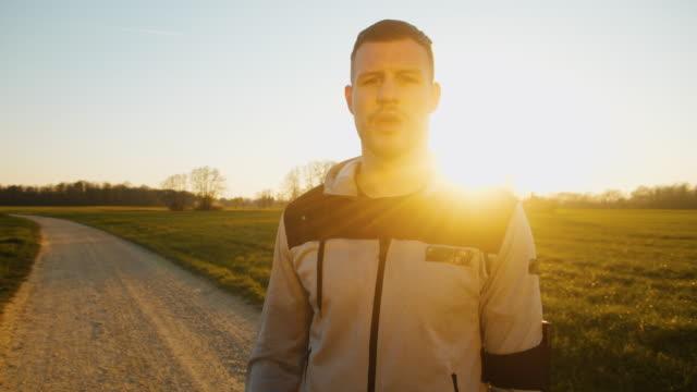 stockvideo's en b-roll-footage met slo mo ms man drinken uit fles water na joggen - resting