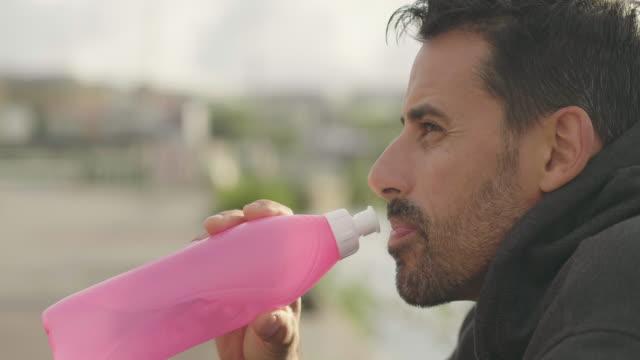 Mann Trinkwasser nach Bewegung in der Natur
