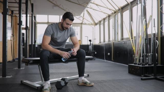 man drinking water after training - ritemprarsi video stock e b–roll