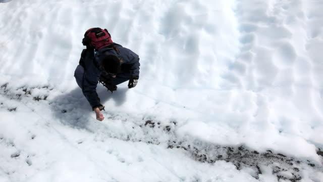 vídeos de stock, filmes e b-roll de homem bebendo água na geleira perito moreno - comida e bebida