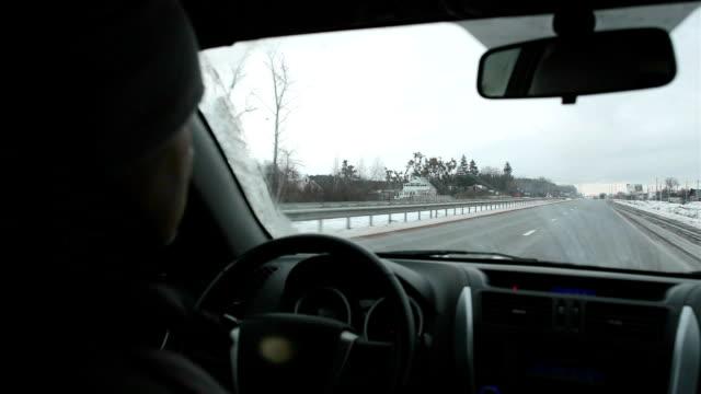 vidéos et rushes de l'homme conduit une voiture sur l'autoroute. - intérieur de véhicule