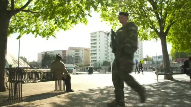vidéos et rushes de man drives car into group of soldiers in paris t20041734 / tx various shots french armed soldiers patrolling streets paris french soldiers on the... - armement