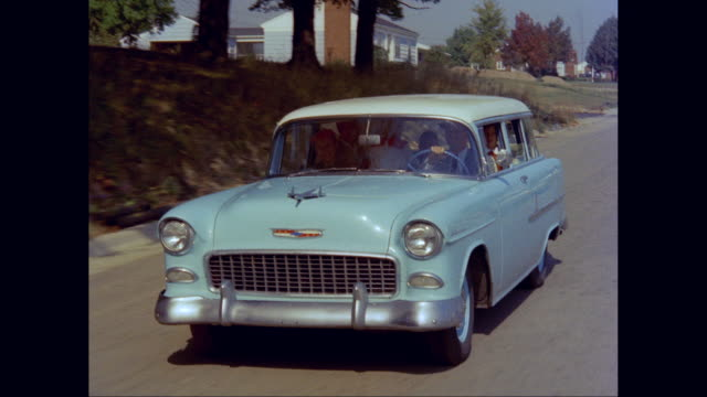 vídeos y material grabado en eventos de stock de ws ts man driving 1955s chevrolet car while enjoying road trip with his family / united states - familia con cuatro hijos